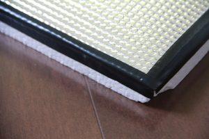 発泡スチロール板と耐熱シートをビニールテープでしっかりと固定しましょう。