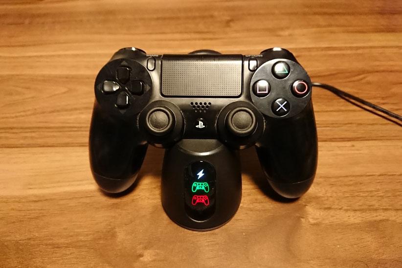 PS4コントローラーを充電している写真
