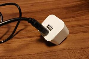 USBタイプのコンセントに接続する写真