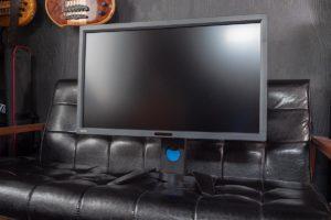 ソファの上に置いたBenQ PV270